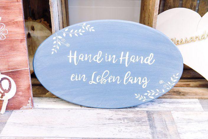 HandInHandEinLebenLangHolzschildInHellBlau-Holzmitliebe-Hochzeitsdeko