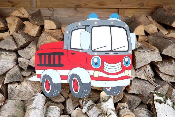 Kinderdeko Feuerwehrauto beleuchtet